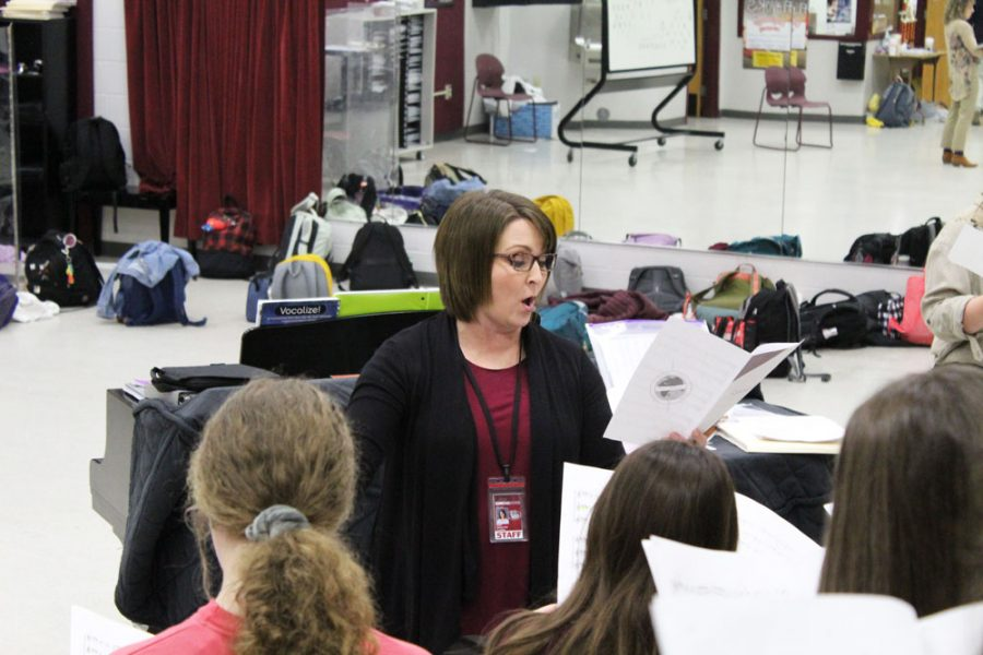 Mary+Beth+Singleton+conducts+her+Junior+Varsity+choir.